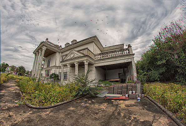 Exploring The Deserted Mansions Of Bangkok
